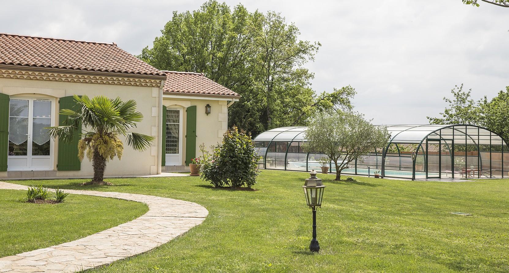 Maison périgourdine entourée de son jardin en Dordogne