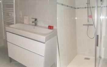 Salle d'eau aménagée dans une maison contemporaine de plain-pied à Bergerac