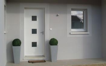 Hall d'entrée d'une maison contemporaine de plain-pied à Bergerac.
