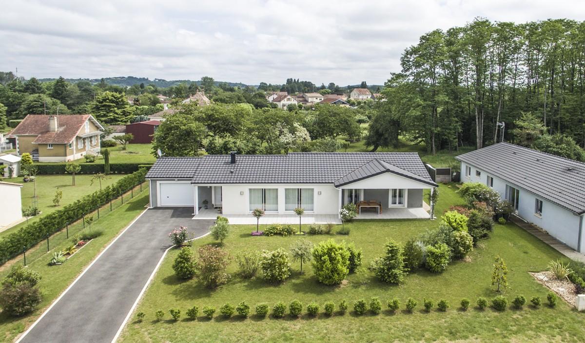 Modèle de maison individuelle moderne et confortable réalisée à Bergerac par les Maisons Aura