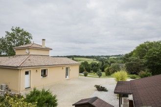 Une maison périgourdine de 115 m² qui surplombe un terrain de plus de 6 000m² à admirer depuis la vue de la chambre à l'étage