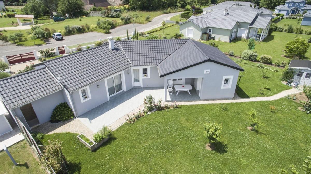 Vue aérienne de l'arrière de la maison de plain-pied