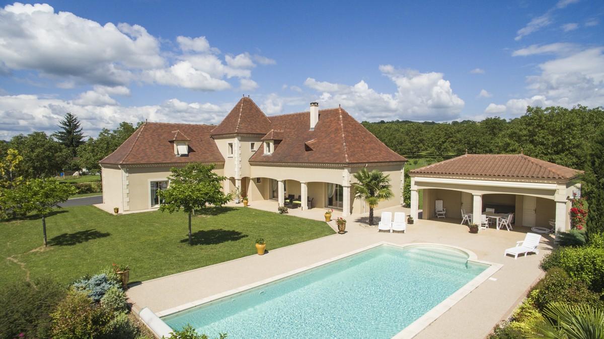 D'extérieur, la maison dévoile ses lignes fines et majestueuses avec une piscine