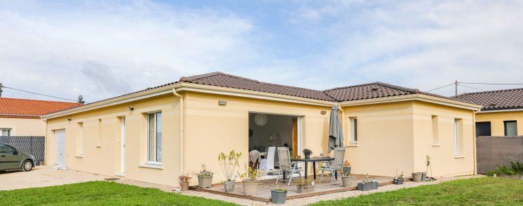 Maison contemporaine avec terrasse en bois ouverte et garage intégré