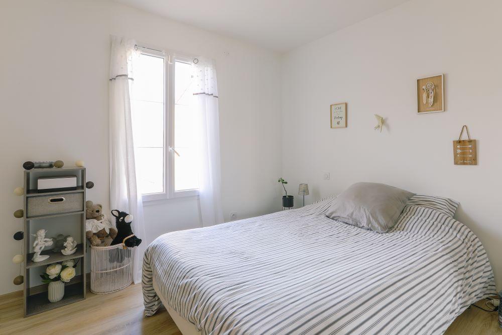 Chambre moderne avec grand lit et décoration épurée