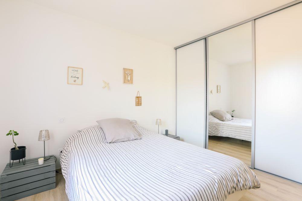 Grand lit avec grand placard 3 portes dont une miroir
