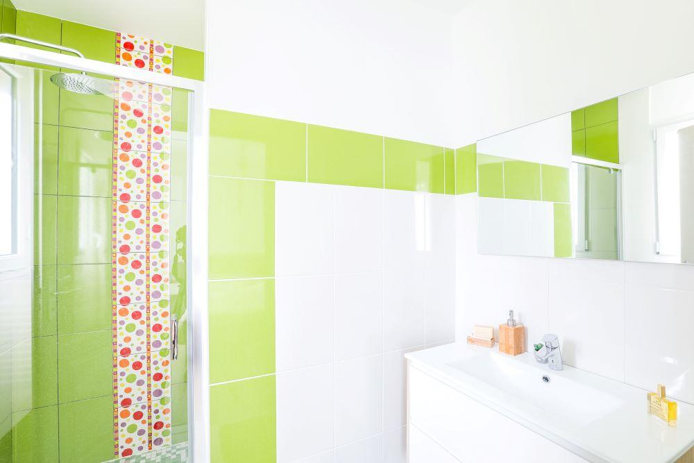 Salle de bains lumineuse avec lavabo simple vasque et douche