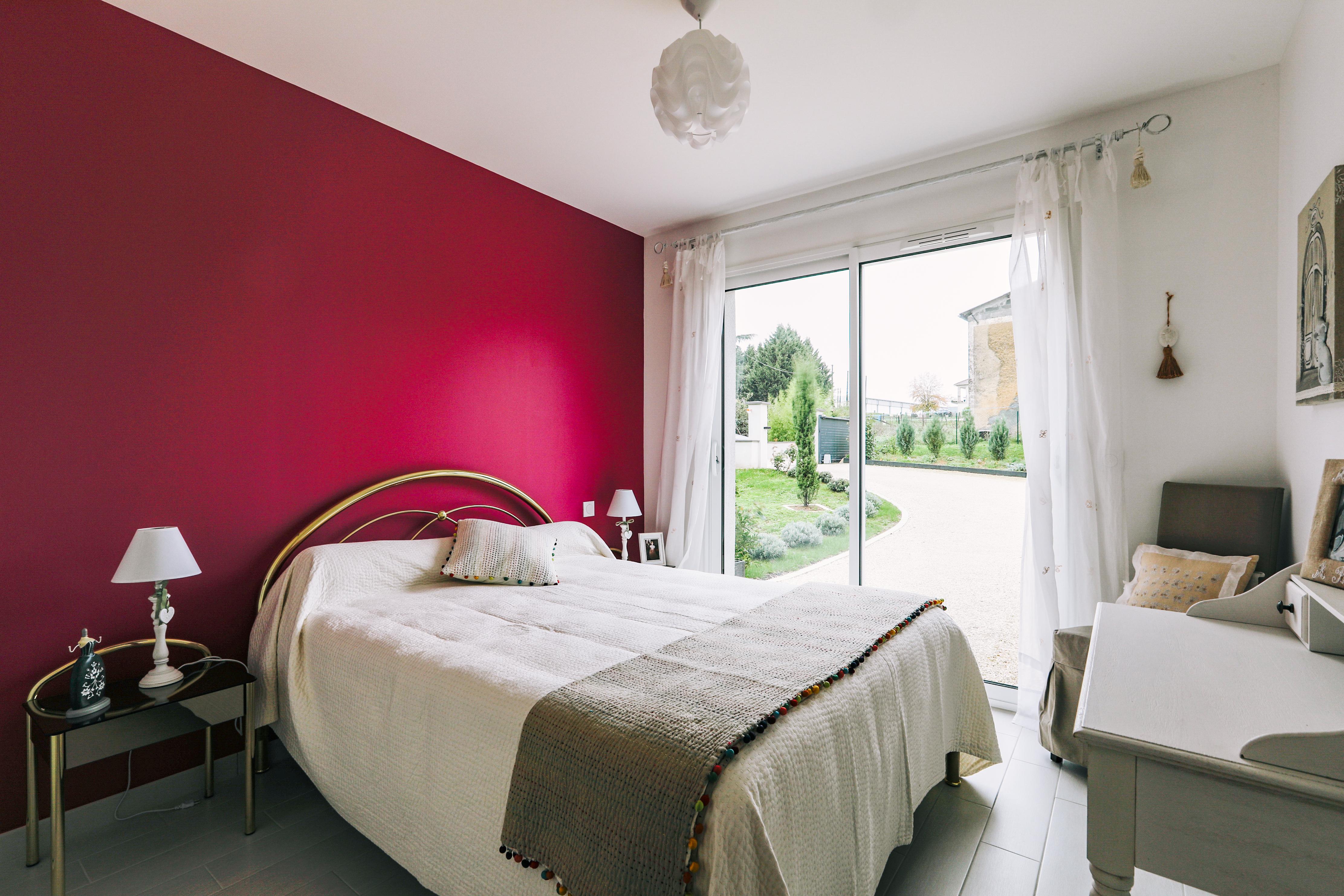 Chambre colorée et sa grande baie vitrée
