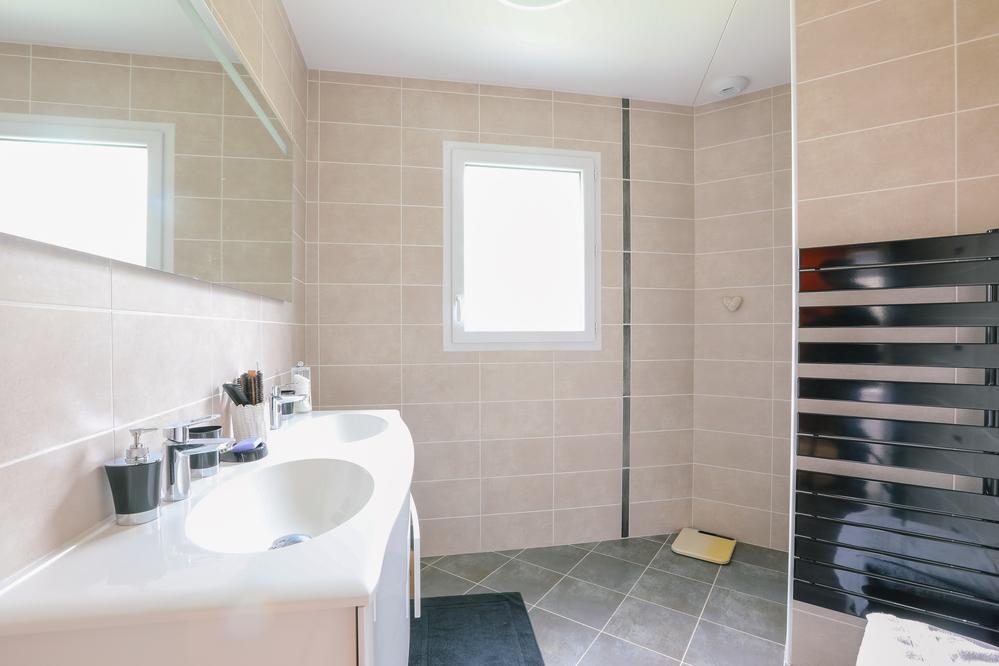 Salle de bain lumineuse et son meuble double vasque