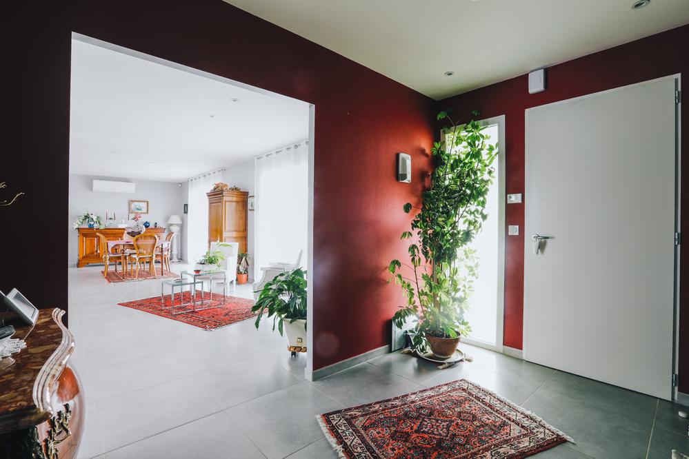 Hall d'entrée spacieux et coloré