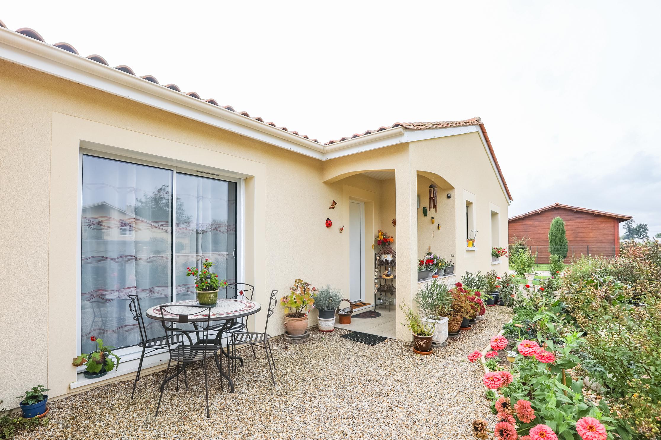 Porche de la maison couvert avec une vue fleurie