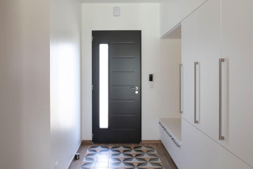 Entrée avec porte et placards d'une maison neuve en Dordogne