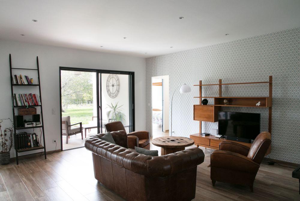 Salon contemporain avec baie-vitrée donnant sur le jardin