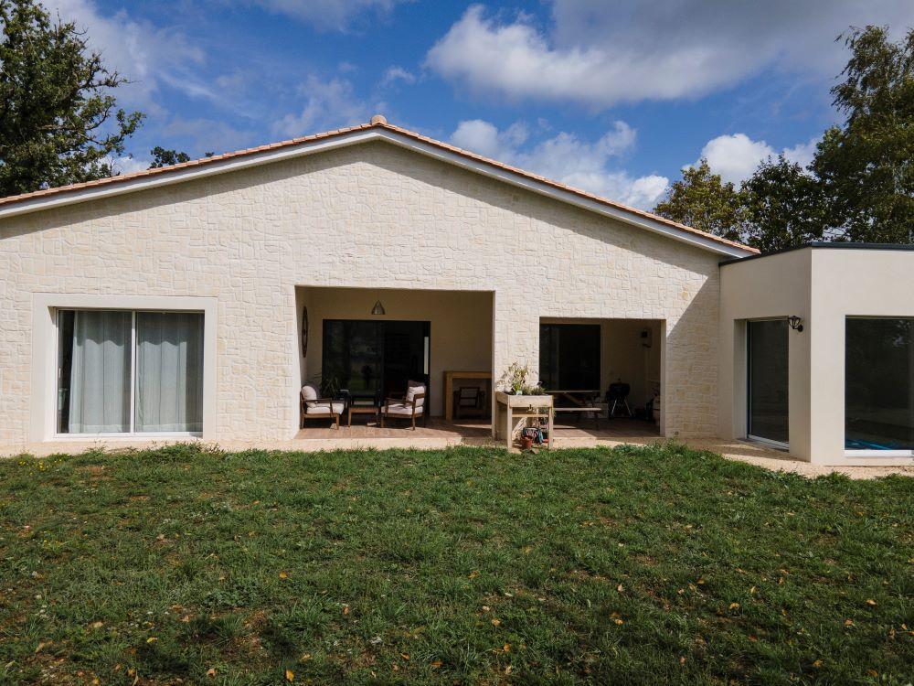 Terrasse couverte d'une maison contemporaine en Dordogne
