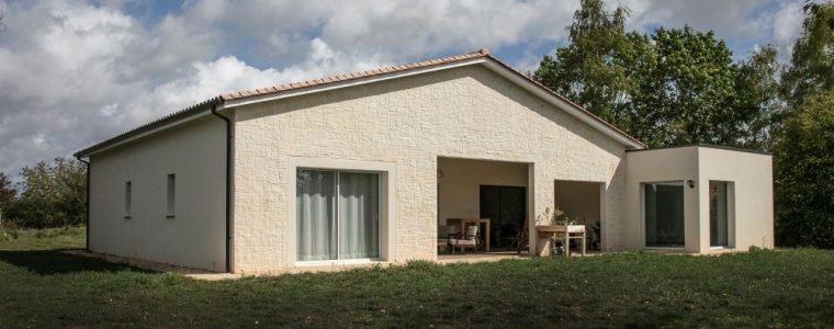 Vue terrasse d'une maison contemporaine en Dordogne