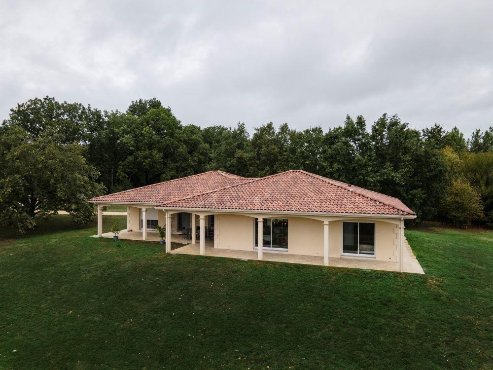 Maison moderne et traditionnelle avec toit 4 pans