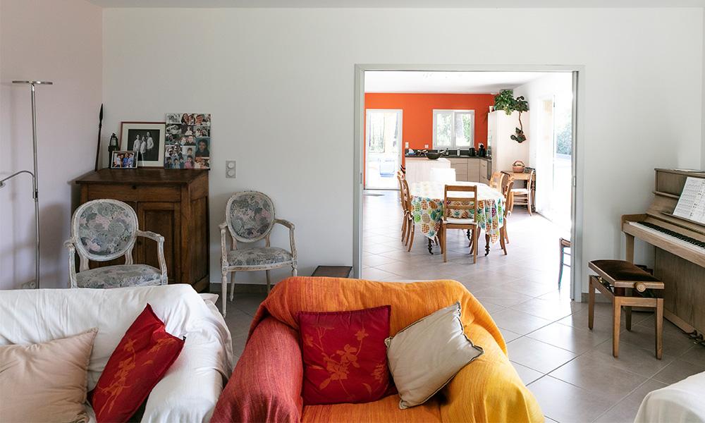 Salon d'une maison en Dordogne avec baie à galandage