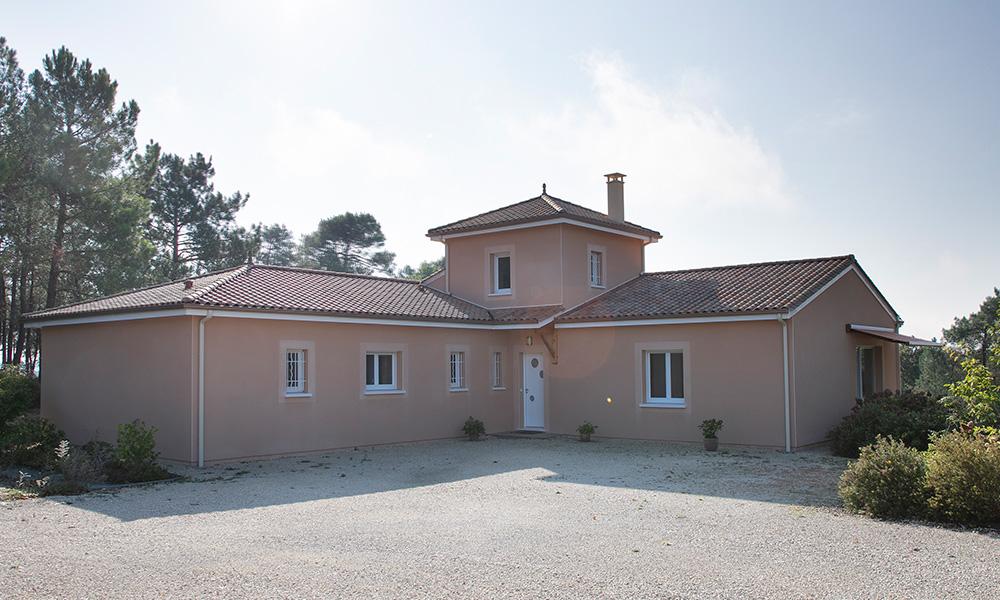 Maison moderne en forme de L avec un étage