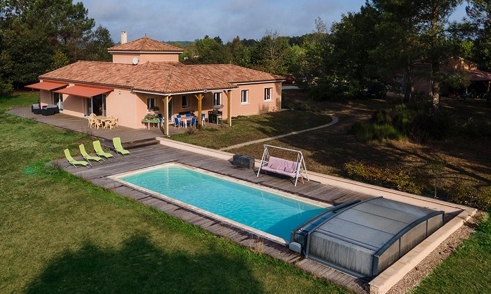 Maison moderne avec étage et piscine dans plage en bois