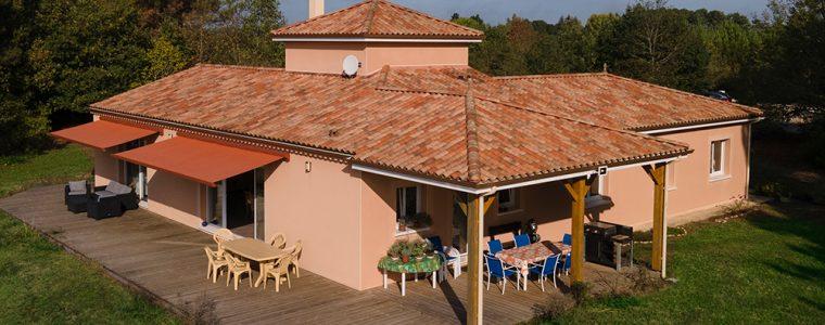 Maison moderne et familiale avec un étage et une terrasse couverte