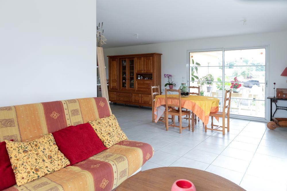 Salon et salle à manger donnant sur terrasse couverte