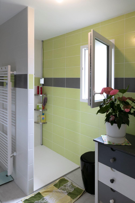 Salle de bain avec douche à l'italienne ouverte