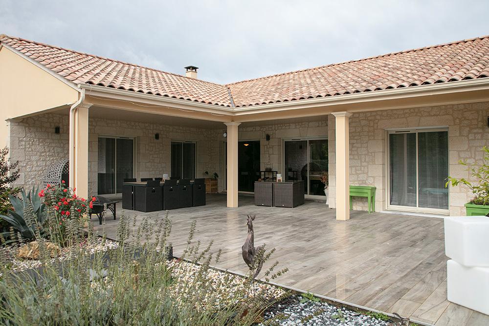 Immense terrasse couverte et carrelée avec 4 poteaux