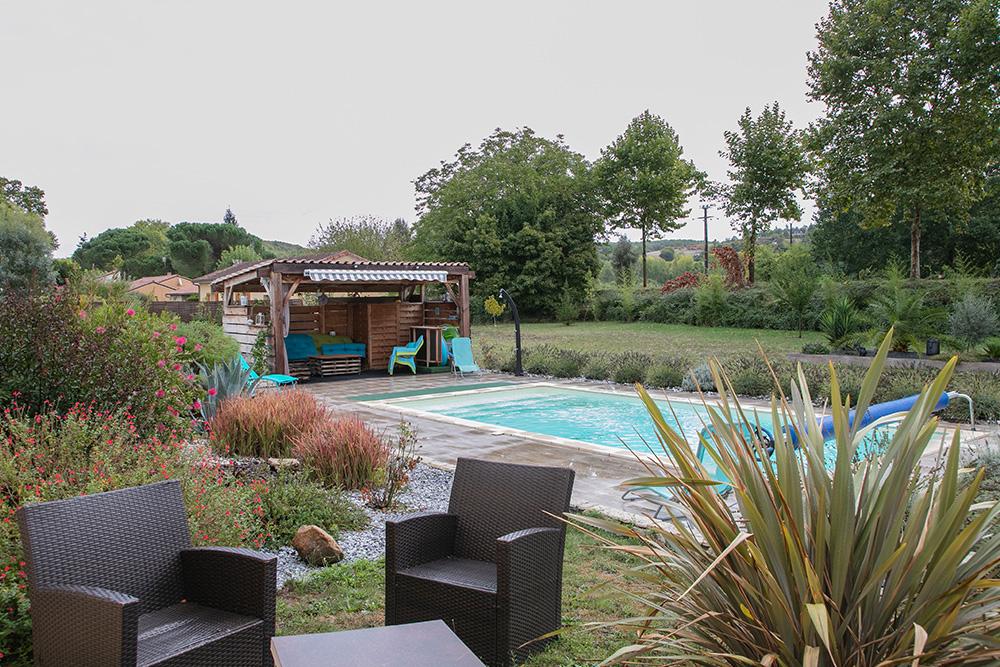 Piscine et pool house dans un environnement boisé en Dordogne