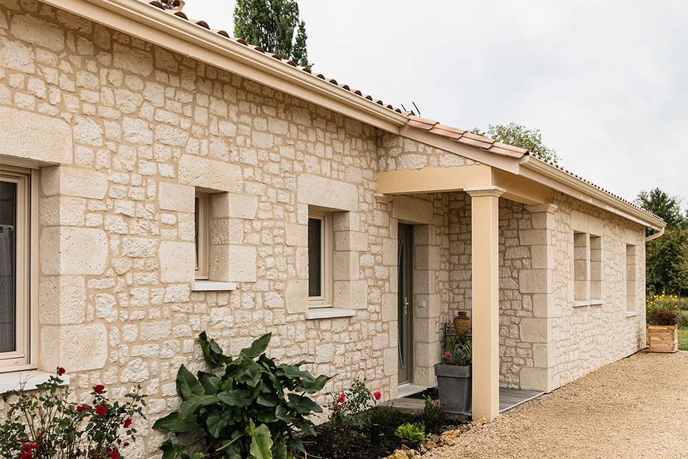 Façade d'une maison neuve en pierre reconstituée en Dordogne