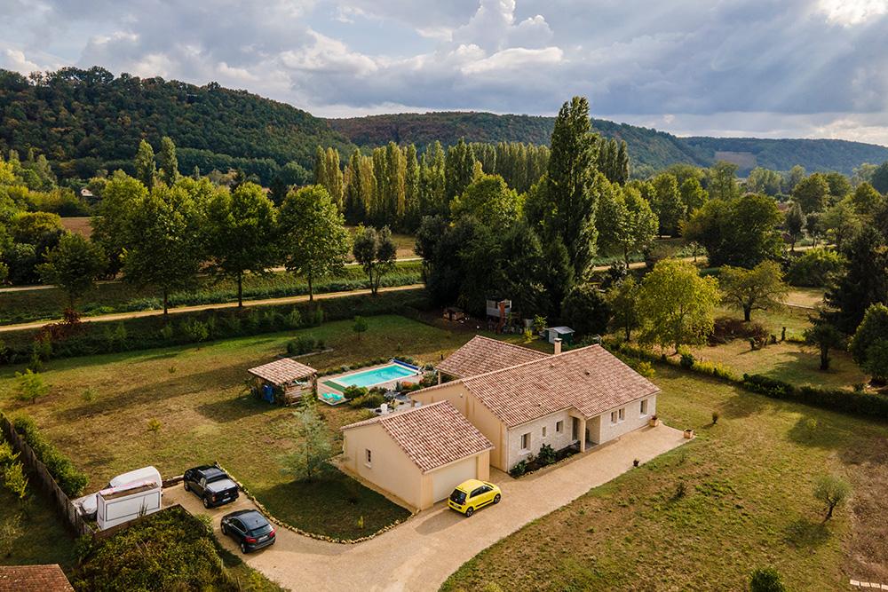 Belle maison neuve avec garage séparé et piscine