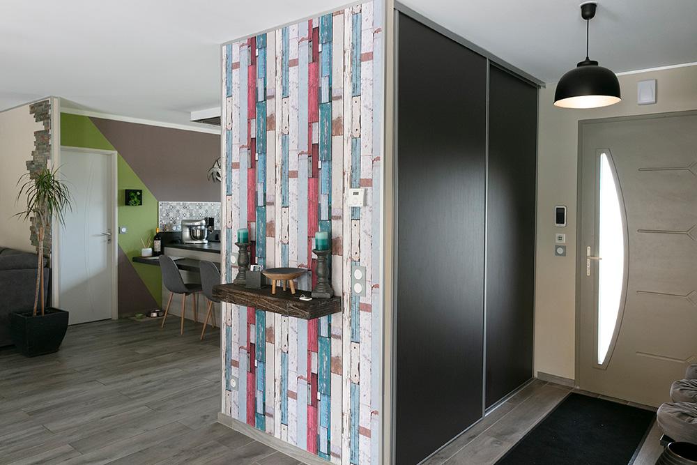 Entrée maison moderne avec grand placard