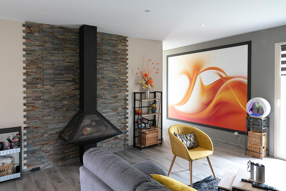 Cheminée design avec immense tableau coloré dans maison moderne