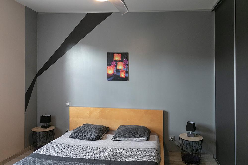 Chambre adulte avec murs bicolores et grand lit