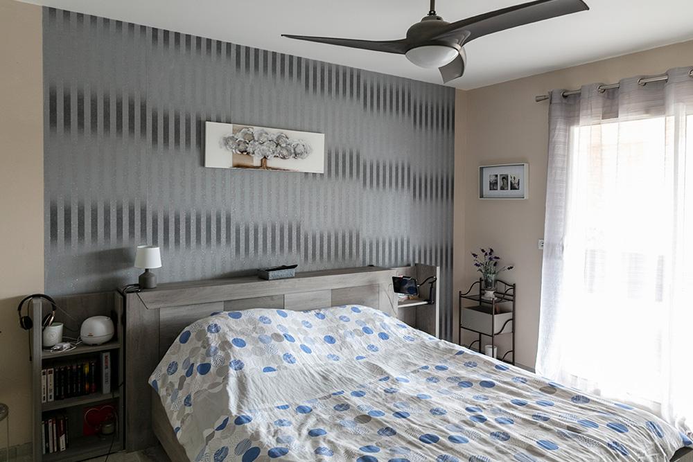 Chambre d'adultes avec tête de lit moderne et baie vitrée