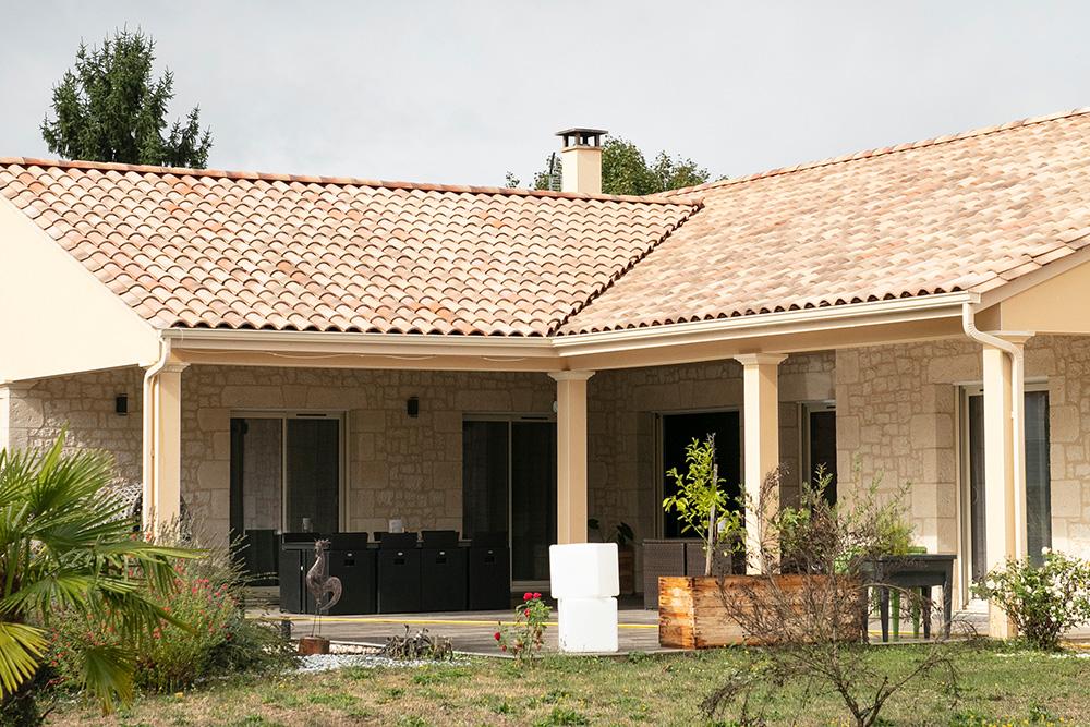 Terrasse couverte avec façade en pierre reconstituée