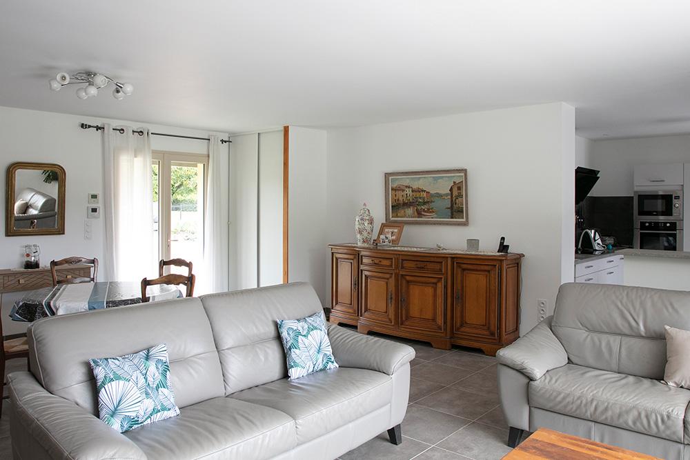 Lumineux salon avec canapé et coin salle à manger en Dordogne