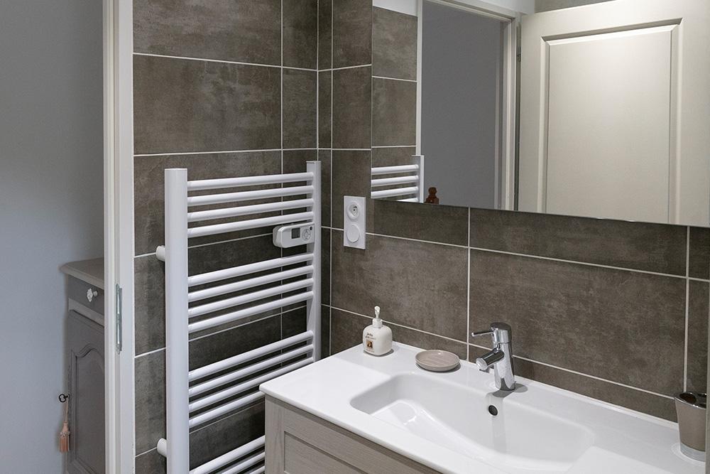 Salle de bain contemporaine avec faïence murale et douche à l'italienne