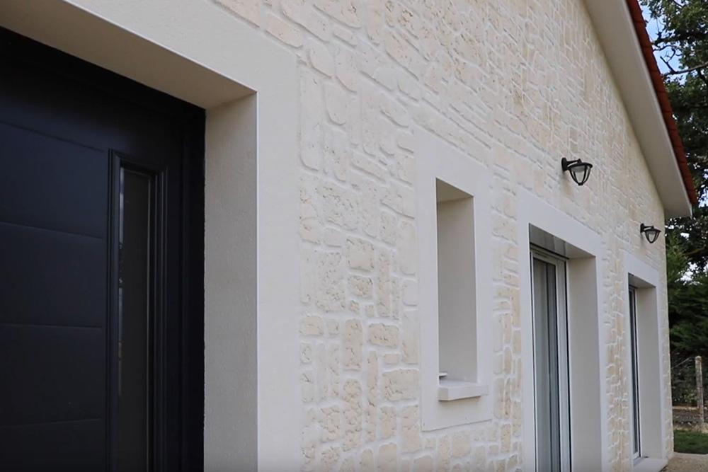Enduit matricé effet pierre d'une maison en Dordogne