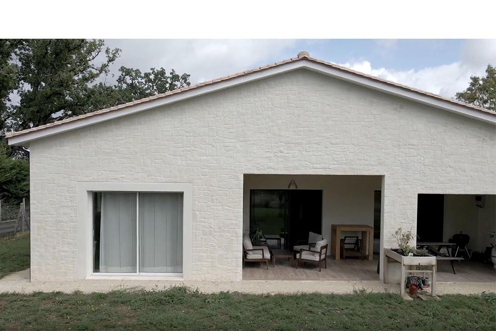 Terrasse couverte d'une maison PMR en Dordogne