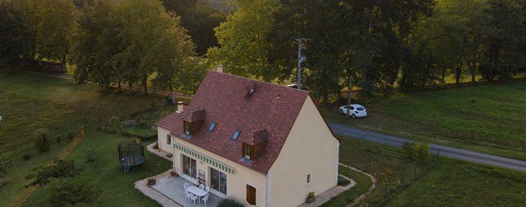 Maison typique du Périgord au milieu des arbres
