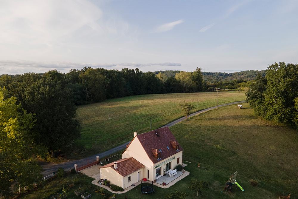 Maison typique du Périgord au milieu d'un environnement naturel