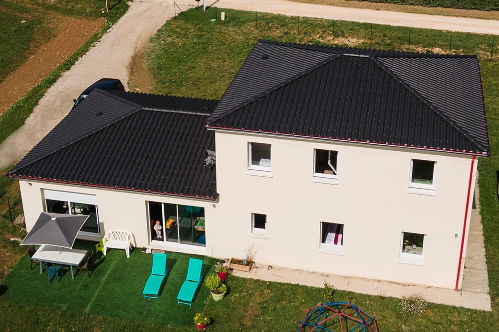 Maison à étage moderne avec toiture 4 pans
